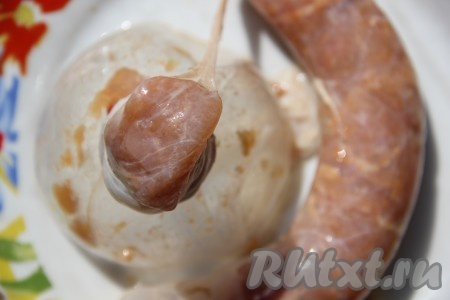 Свиные кишки помыть и очистить если это необходимо. С помощью насадки на мясорубку или верхней части от пластиковой бутылки начиняем кишку мясом.