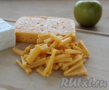 Сыр нарезать или по желанию натереть на терке. Можно сыр заменить брынзой, тоже получится очень вкусно.