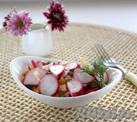 За знакомство с рецептом этого блюда хочу сказать большое спасибо кулинару barska! Салат из редиски, яблока и сыра получается вкусным и полезным.