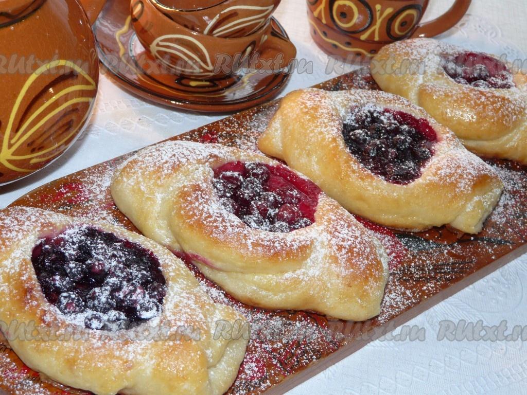 Пирожки с ягодами из дрожжевого теста