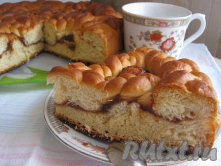 Режем необыкновенно вкусный, сдобный пирог с повидлом на кусочки и с удовольствием пьём чай!