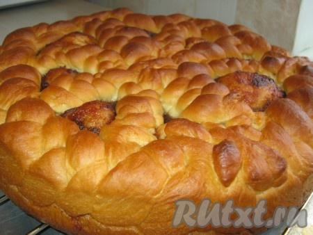 Готовый дрожжевой пирог с повидлом достаём из формы и оставляем на решетке до полного остывания.
