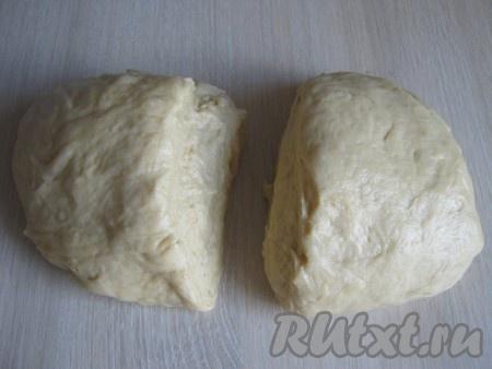 Как тесто наше поднялось, мы его осаживаем и выкладываем на стол, смазанный немного растительным маслом. Тесто делим на две равные части.