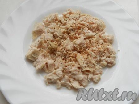 Пока маринуется лук, отварить куриное филе в подсоленной воде, остудить. Порезать небольшими кусочками и выложить половину курицы на тарелку первым слоем. Немного поперчить и смазать майонезом.
