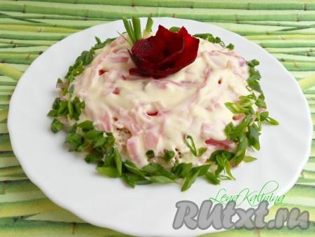 Слои снова повторить. Украсить этот необыкновенно вкусный салат из курицы и лука измельченным зеленым луком. Поместить в холодильник на 30 минут и можно подавать к столу. Очень вкусно!