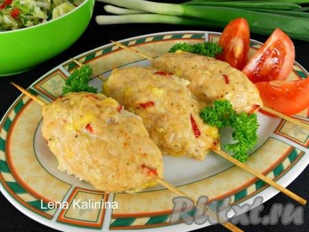 Запекать вкуснейшие люля-кебабы из курицы в предварительно разогретой до 190 градусов духовке 30-35 минут. Подавать в горячем виде с овощным салатом и зеленью. Рекомендую!