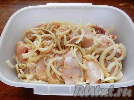 Смешать составляющие для маринада: соевый соус, оливковое масло и лимонный сок, перемешать. Залить маринадом кусочки курицы, перемешать и оставить шашлык мариноваться на 2-3 часа.