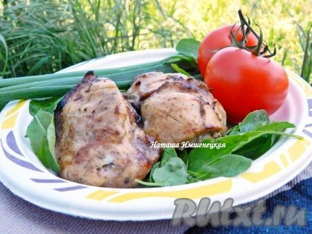 Нежный и сочный шашлык из курицы в соевом соусе готов. Подавать в горячем виде со свежими овощами и зеленью.