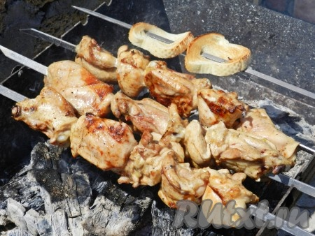 Жарить шашлык на мангале над раскалёнными углями традиционным способом.