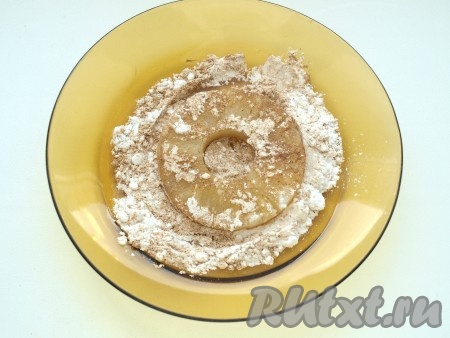 Посыпать кольца ананасов с двух сторон смесью корицы и сахарной пудры.