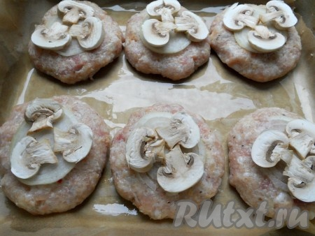 Шампиньоны порезать тонкими пластинами и разместить сверху лука по 3 пластинки грибов.