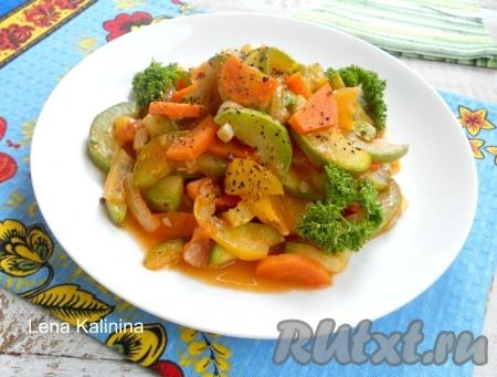 Готовые вкуснейшие кабачки, тушеные с овощами, можно подать в теплом виде, но мне больше нравится это блюдо в холодном виде.