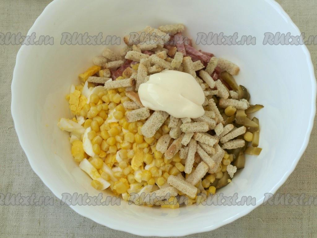 Вкусные салаты с копченой курицей и сухариками
