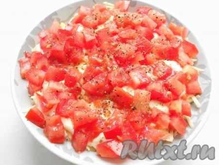 Верхний слой - порезанные кубиками свежие помидоры посолить немного и хорошо поперчить).