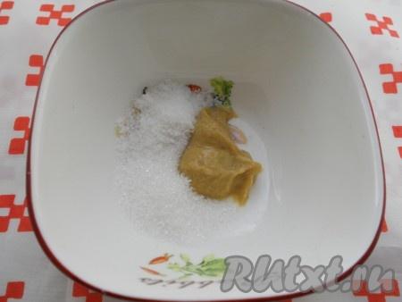 В небольшую глубокую посуду всыпать соль, сахар, добавить горчицу.