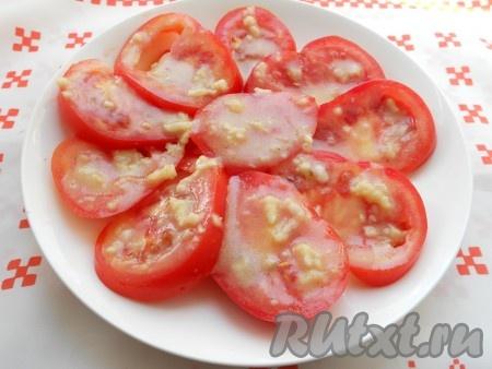Хорошо смесь перемешать. Каждый кружочек помидоров полить подготовленной смесью.