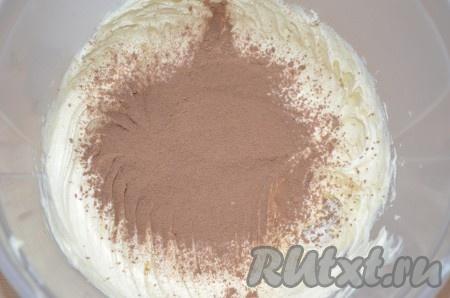Пока бисквит остывает, взбить размягченное масло с какао-порошком.