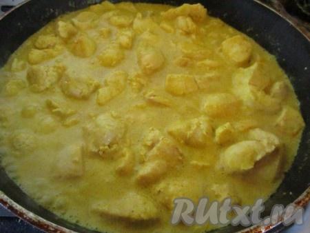 Готовьте курицу с карри, помешивая, ещё минут 10-15, пока соус немного не загустеет.