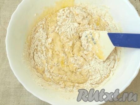 Затем добавить гашеную соду, ванильный сахар, корицу и, постепенно подсыпая муку, вымесить тесто. Оно будет, как сметана средней густоты.