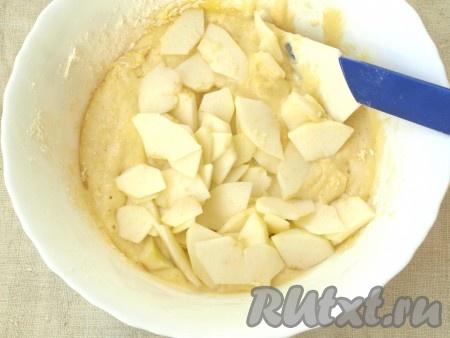 Яблоки почистить и нарезать тонкими ломтиками. Добавить их в тесто и перемешать.