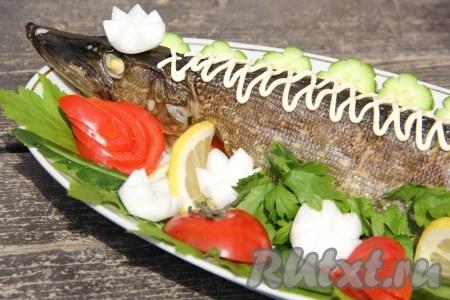 Готовую рыбу выложить на блюдо, украсить по желанию. Подать щуку с овощами гриль, свежими овощами или любым другим гарниром.