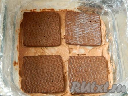 Затем слой крема и опять печенье в молоке. И так выкладываем весь крем и печенье. Последний слой должен быть печенье.