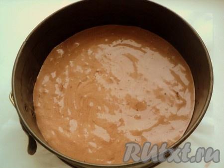 Снять яичную смесь с водяной бани и осторожно добавить смесь муки с какао и разрыхлителем, осторожно перемешать до однородной массы. Дно формы для выпечки (диаметр 20 см) застелить бумагой для выпечки, смазать маслом (бока формы не смазывать), вылить тесто. Чтобы бисквит при выпечке был ровный, крутануть несколько раз форму с тестом по часовой стрелке.