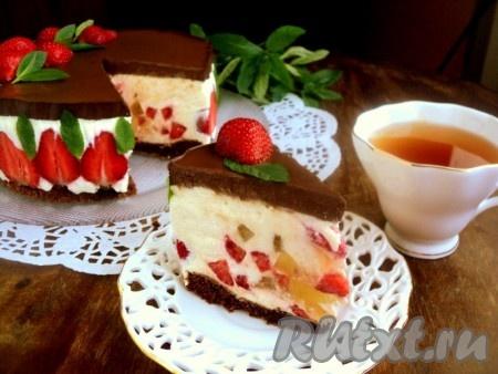 """Нежный и вкусный торт """"Клубника в шоколаде"""" можно подавать к столу. Приятного аппетита!"""