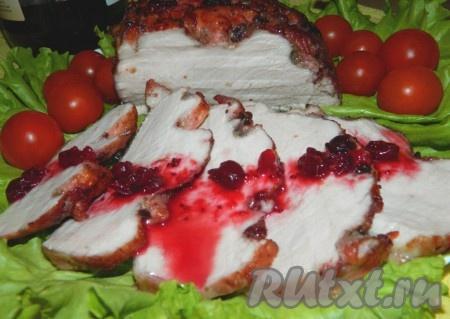 Свинину, приготовленную в маринаде с клюквой, можно подавать горячим, а можно остудить и использовать для бутербродов.