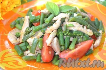 Выложить в салатник. Лёгкий, свежий и вкусный салат с курицей, стручковой фасолью и помидорами готов к подаче.