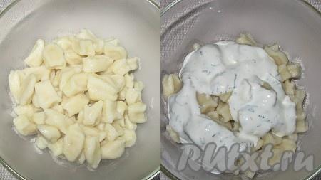 Когда все ингредиенты подготовлены, собрать пельменный салат: в глубокий салатник уложить слоями: половину галушек - половину сметанного соуса -