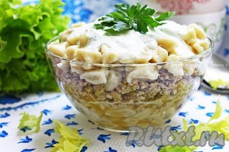 Пельменный салат получается вкусным и сытным.