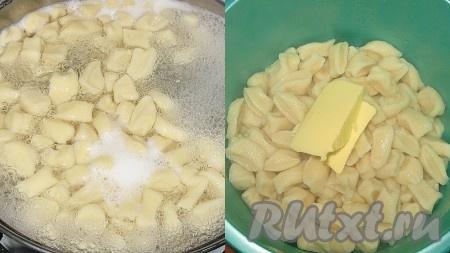 Или сразу опустить их в кипящую подсоленную воду, варить до готовности, время зависит от размера галушек готовность я проверяю по разрезу галушки, если консистенция и цвет одинаковые - значит готовы), примерно 20-30 минут. Затем шумовкой выложить галушки в глубокую посуду, добавить сливочное масло и встряхнуть, чтобы масло обволокло все галушки.