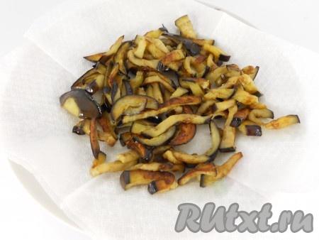Затем обжарить баклажаны на растительном масле на довольно сильном огне до румяной корочки, все время помешивая. Выложить на бумажную салфетку для удаления лишнего масла. Дать остыть.