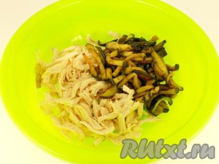 Морковь натереть на терке для корейской моркови, перец болгарский нарезать соломкой. Обжарить на растительном масле около 3-4 минут - до мягкости овощей. Также выложить на салфетку и остудить. Куриное филе предварительно отварить в подсоленной воде и остудить. В глубокую миску разобрать мясо руками на тонкие волокна. Добавить баклажаны.