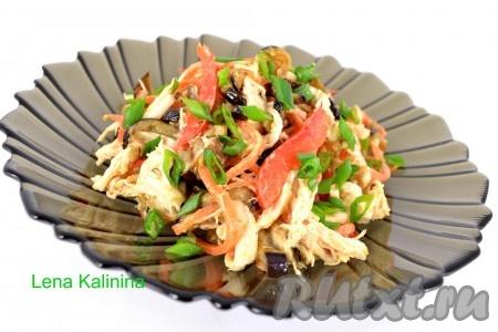 Выложить вкуснейший салат с баклажанами и курицей в салатник, украсить измельченной зеленью и можно подавать к столу!