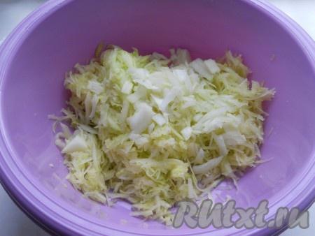 Добавить порезанный мелко репчатый лук, посолить и оставить на 10 минут.