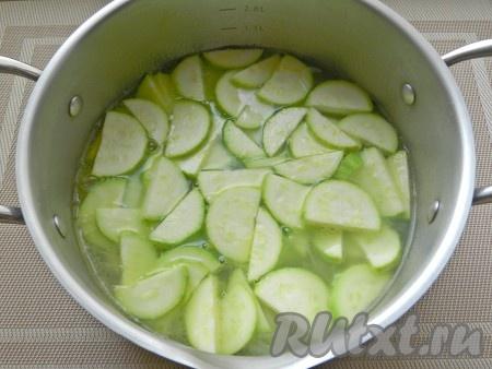 Выложить в кастрюлю кабачки, довести до кипения и варить еще 5 минут.