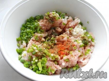 Добавить соевый соус, имбирь, соль, черный и красный молотый перец, влить растительное масло и водку.