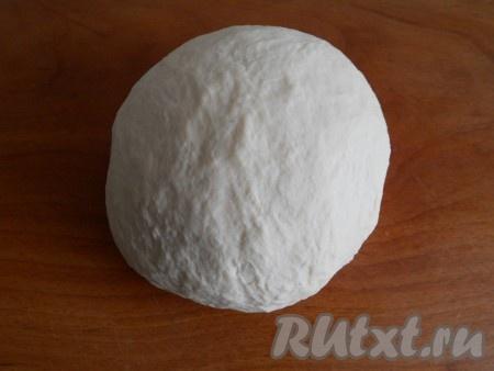 Замесить тесто. Тесто следует хорошо вымесить, чтобы оно стало эластичным и однородным.