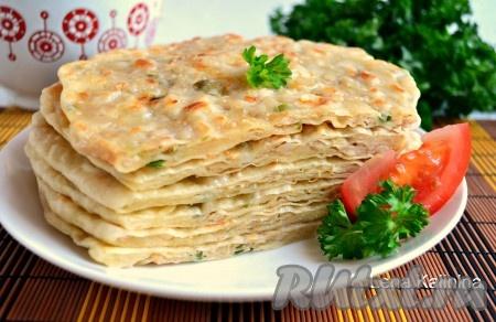 Подавать вкуснейшие китайские лепешки с мясом в горячем виде, можно с любимым соусом.