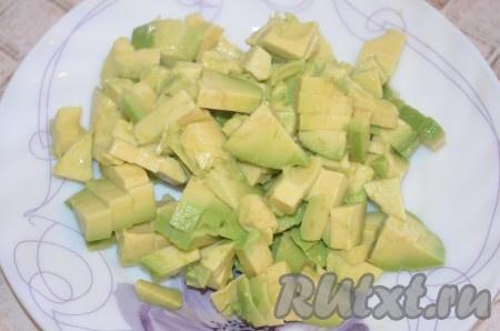 Авокадо очистить от кожуры, вынуть косточку, мякоть авокадо нарезать кубиками.