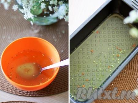 Разведите бульон, как указано на упаковке, и влейте его в форму для запекания.