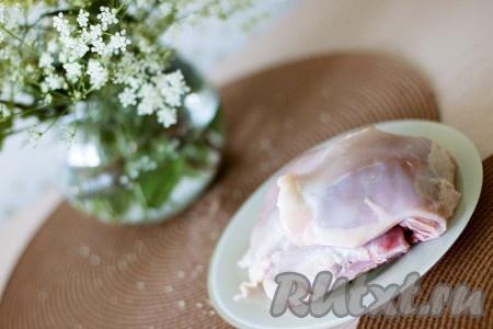 Снимите с курочки кожу и уложите ее следующим слоем, присыпьте солью.