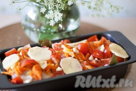 Сверху можно уложить еще несколько долек картофеля. Посыпьте еще раз солью, перцем, можно и другими специями по желанию. Добавьте пару листочков лаврушки.