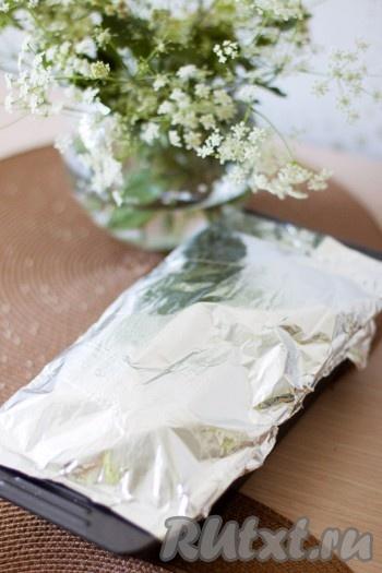 Накройте форму с продуктами фольгой или крышкой) и отправьте в разогретую до 180 градусов духовку на 1 час.