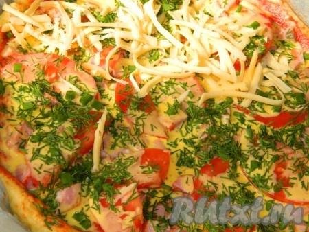 Посыпаем зеленью и тертым сыром. Пока греется духовка, пицца пусть постоит, чтобы тесто немного поднялось. Выпекаем летнюю пиццу 30-40 минут при температуре 200 градусов.