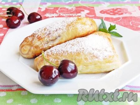 Вкусные и сочные слоеные пирожки с вишней готовы.