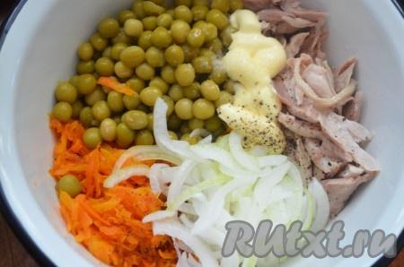 Сложить в миску курицу, лук, морковь, горошек, посолить и поперчить, заправить майонезом.
