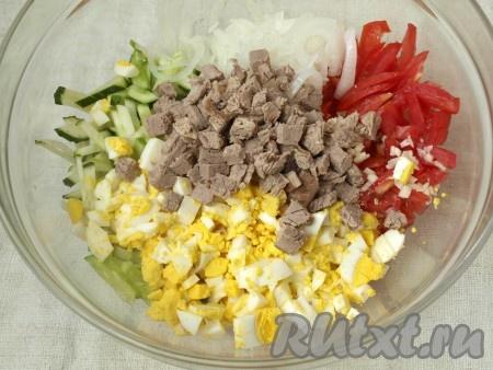 К овощам добавить мясо и яйца.